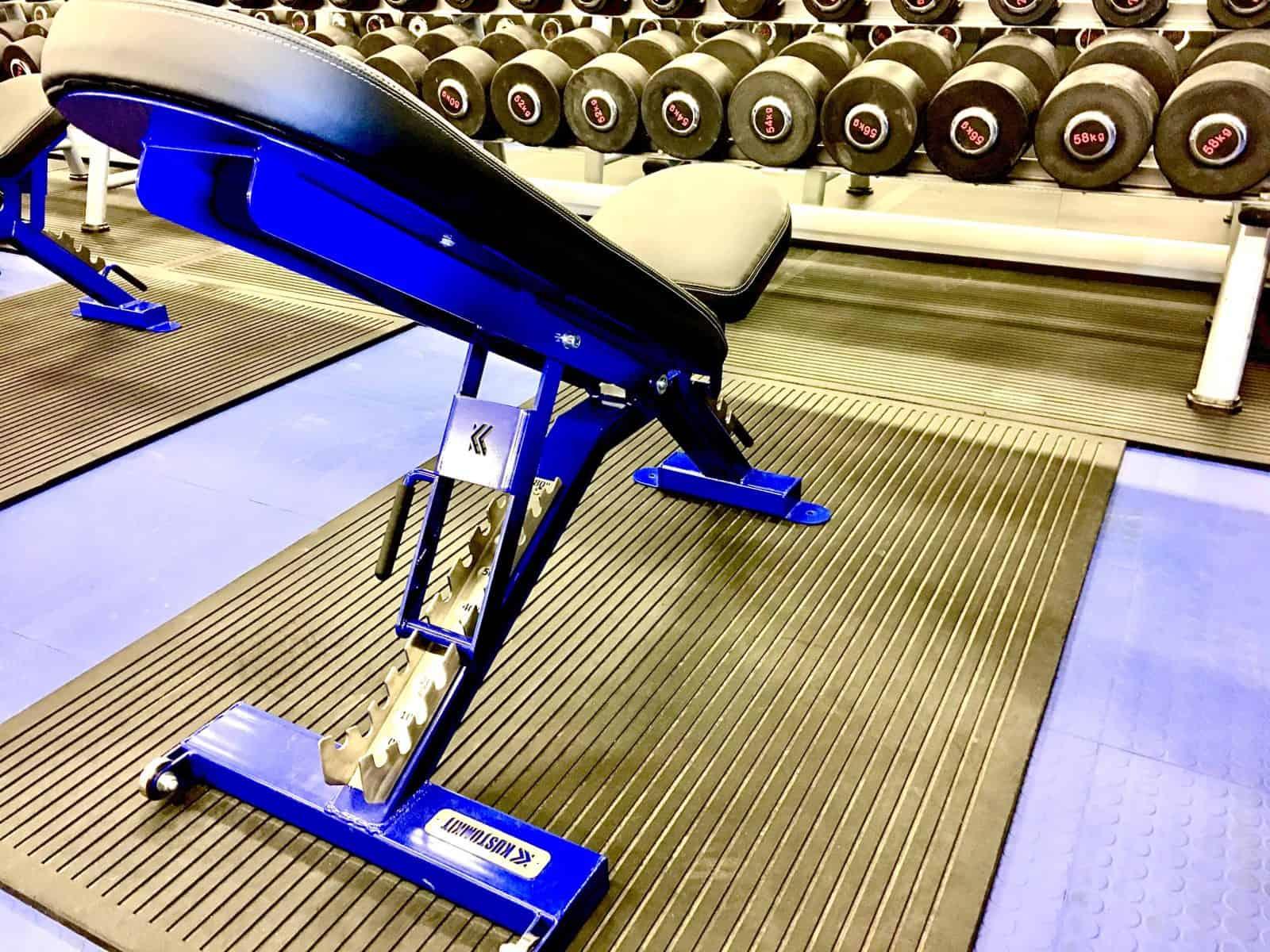 Fantastiske justerbare benker fra KustomKit. Lett å manøvrere selv om de er tunge og ultrasolide.