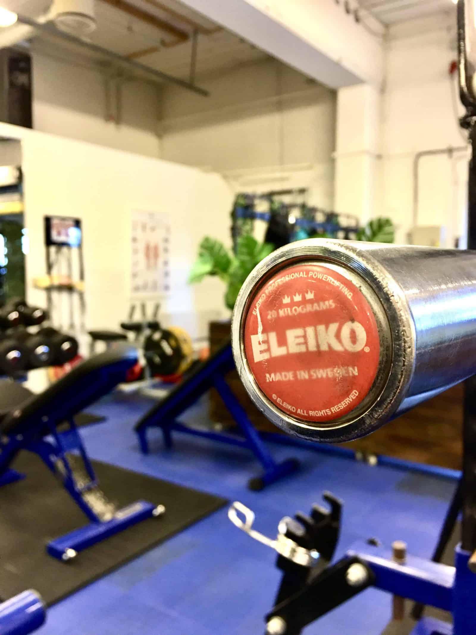 Vi har Eleiko og Leoko styrkeløftstenger. Våre Alex vektskiver er svært nære kalibrerte stålskiver i funksjon og vekt (vi har Eleiko kalibrerte skiver på vår avdeling på Selsbakk), men med håndtak.